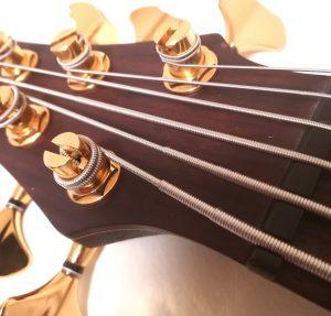 6弦ベースの弦の画像