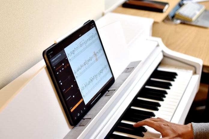 弾きたい曲(MIDIファイル)をiPadへ転送。楽譜が表示される。