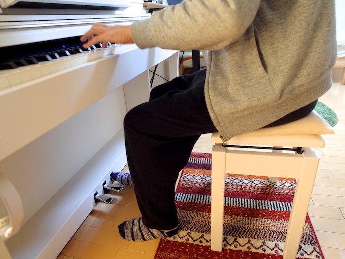フローリング傷防止対策のマット、ピアノの椅子にクッションを乗せる