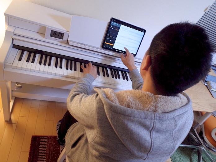 ピアノアプリを使い独学でピアノを練習する様子